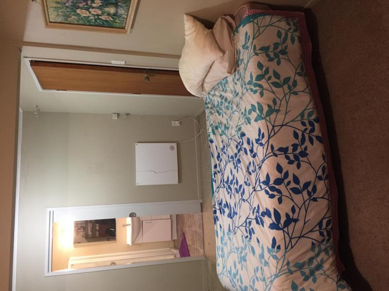 Common room , one single bed and a set of draws