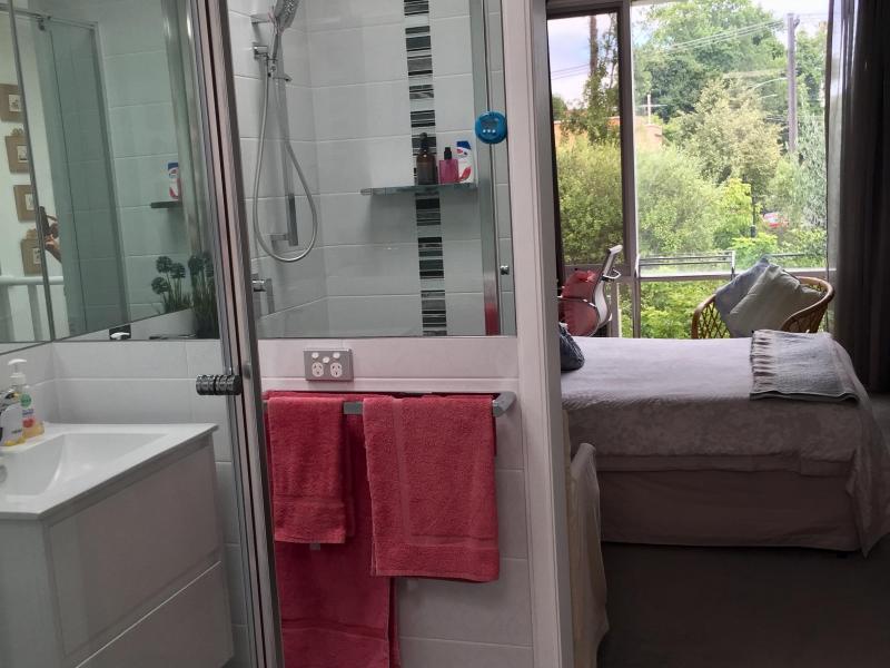 En-suite shower, basin